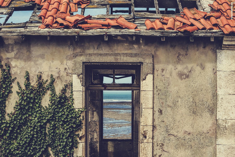 Sicht auf den Atlatik durch ein verlassenes Haus auf der Île d'