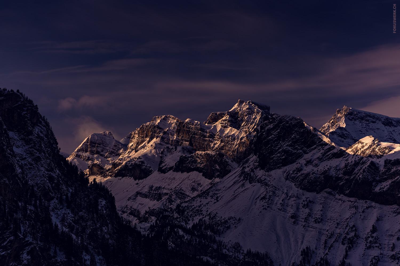 Erläuchtete Berggipfel bei Kandersteg